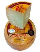 Morceau de fromage de brebis Payoyo endurci dans beurre